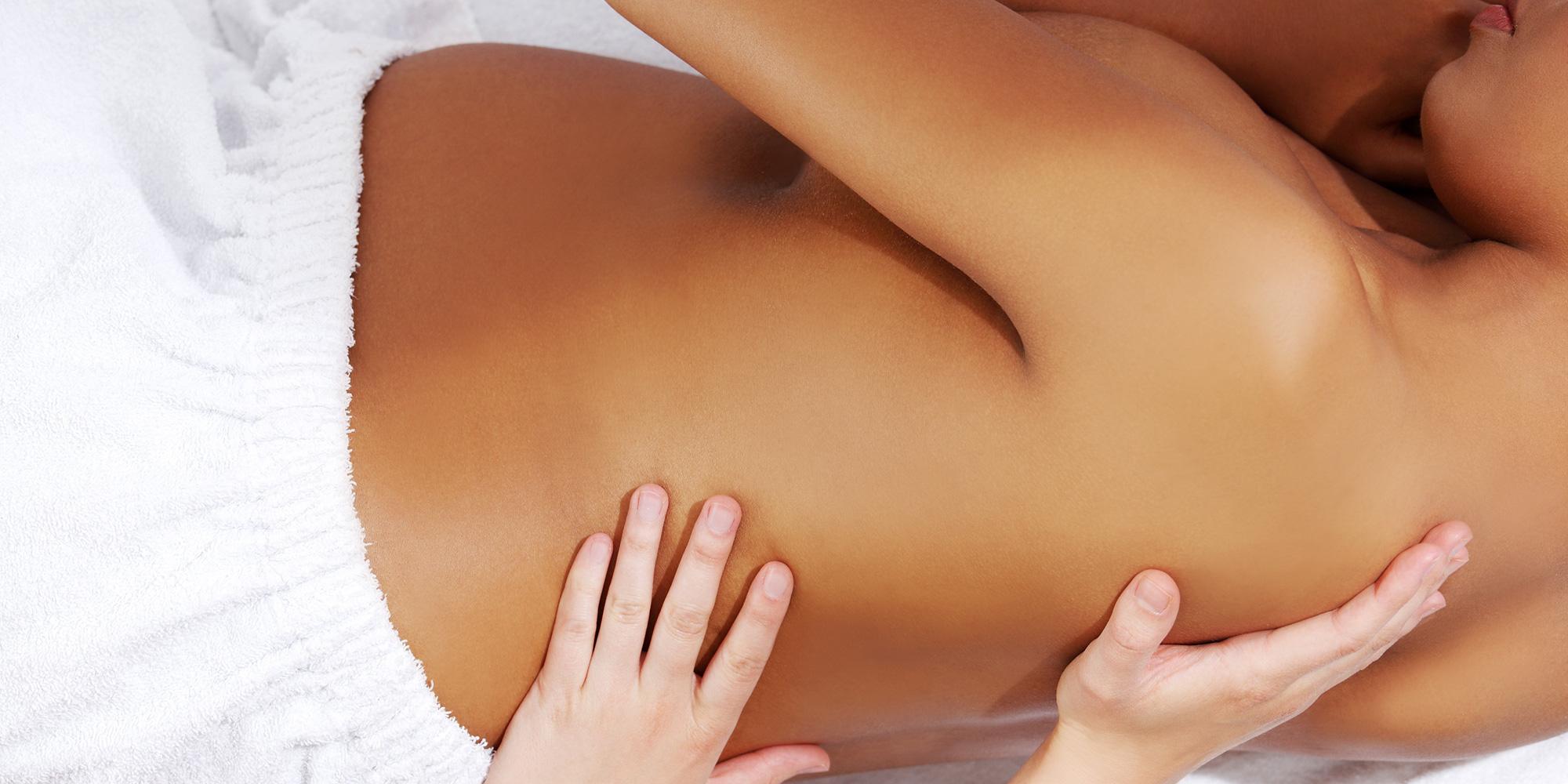 Fille donnant massage fille
